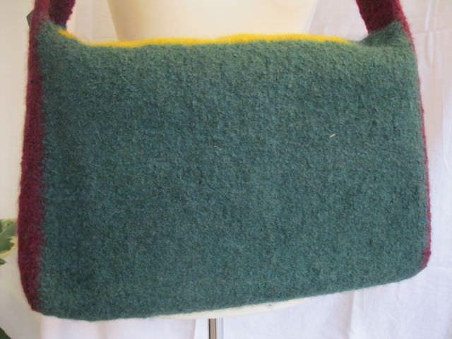 Kleinesbild - Stylische Schultertasche aus Strickfilz