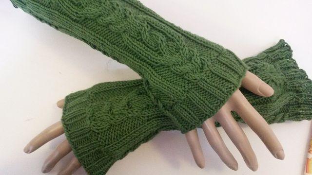 Kleinesbild - Arm- Handstulpen mit exclusivem Zopfmuster SYLVIA handgestrickt