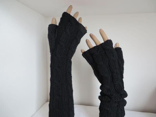 - Armstulpen mit Zopfmuster aus schwarzer Merinowolle - Armstulpen mit Zopfmuster aus schwarzer Merinowolle