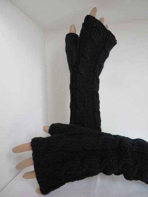 Kleinesbild - Armstulpen mit Zopfmuster aus schwarzer Merinowolle