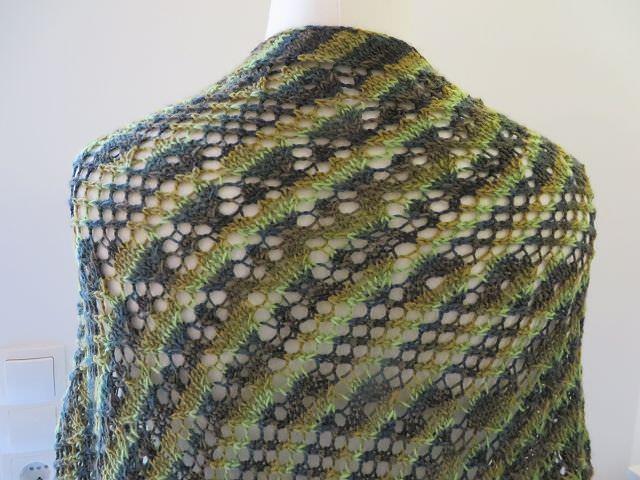Kleinesbild - Dreieckstuch im Mustermix mit apartem Grüntönen Onesize aus weicher Merinowolle