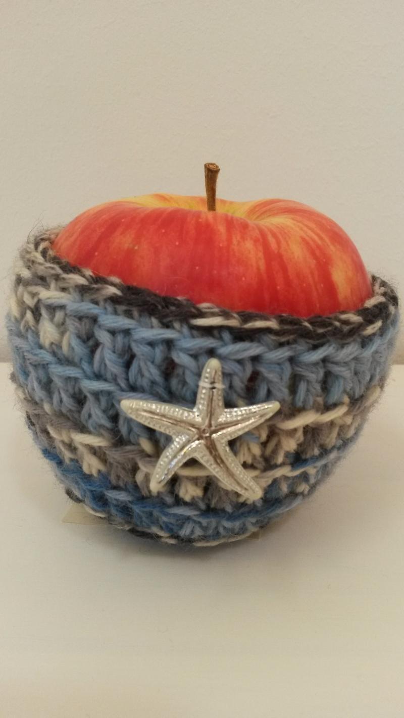 - Apfeltäschchen blau weiß gehäkelt mit silbernem Seestern  - Apfeltäschchen blau weiß gehäkelt mit silbernem Seestern