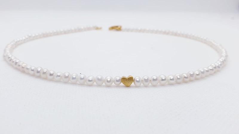 - Aparte feine weiße Perlenkette aus weißen Süßwasserperlen mit goldenem Herz  - Aparte feine weiße Perlenkette aus weißen Süßwasserperlen mit goldenem Herz