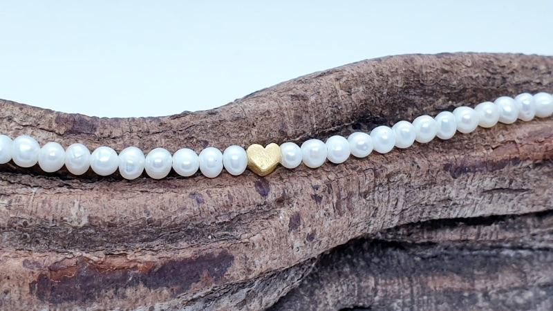 Kleinesbild - Aparte feine weiße Perlenkette aus weißen Süßwasserperlen mit goldenem Herz