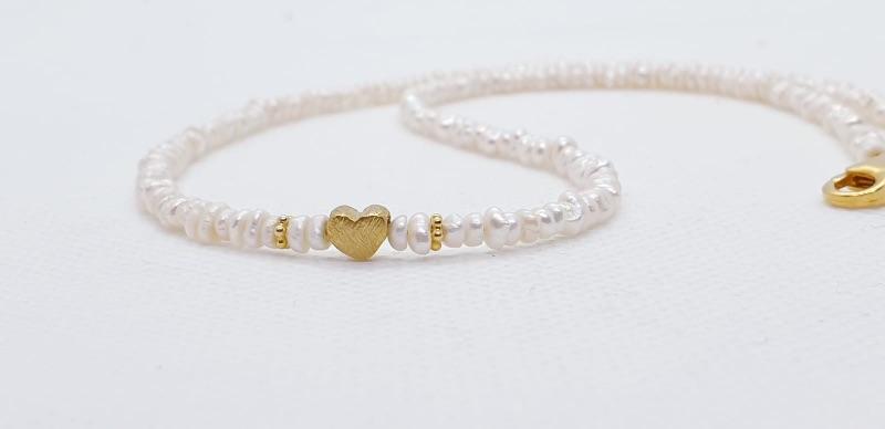 - Aparte feine weiße Perlenkette aus weißen Süßwasserperlen aus feinen Keshiperlen mit goldenem Herz  - Aparte feine weiße Perlenkette aus weißen Süßwasserperlen aus feinen Keshiperlen mit goldenem Herz