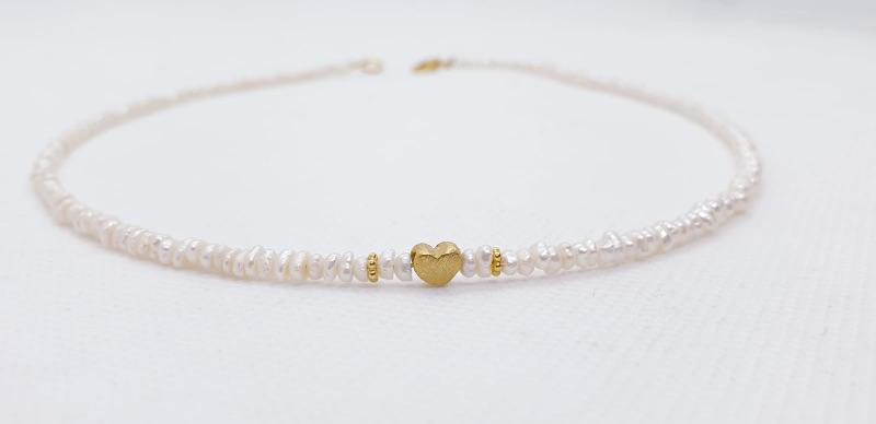Kleinesbild - Aparte feine weiße Perlenkette aus weißen Süßwasserperlen aus feinen Keshiperlen mit goldenem Herz