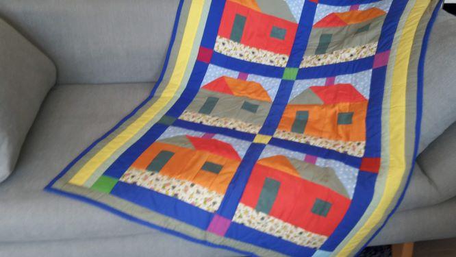 - Bunte Kinder-Decke mit Häuser-Impressionen in Rot/Orange und Blau - Bunte Kinder-Decke mit Häuser-Impressionen in Rot/Orange und Blau