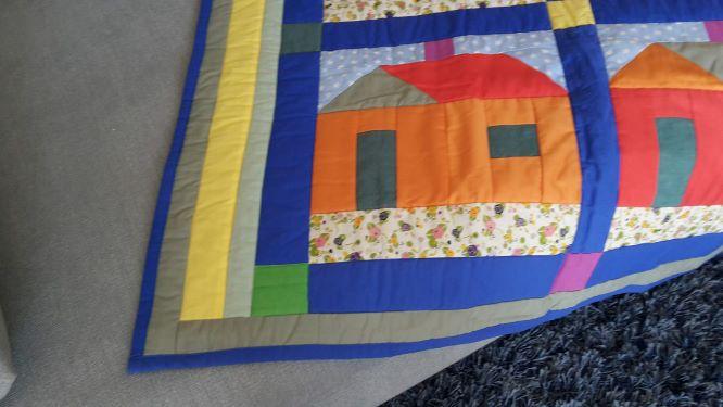 Kleinesbild - Bunte Kinder-Decke mit Häuser-Impressionen in Rot/Orange und Blau