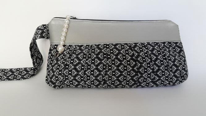 - Pochette in schwarz-weiss mit grauer Passe und Perlenverschluß - Pochette in schwarz-weiss mit grauer Passe und Perlenverschluß