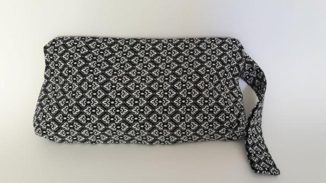 Kleinesbild - Pochette in schwarz-weiss mit grauer Passe und Perlenverschluß