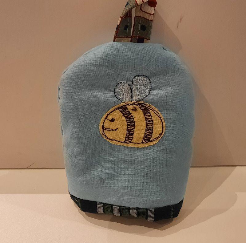 - Eierwärmer mit appliziertem Bienchen auf hellblauem Baumwoll-Stoff mit kleinem Henkel und einem wattierten in Karo gehaltenen Innenstoff - Eierwärmer mit appliziertem Bienchen auf hellblauem Baumwoll-Stoff mit kleinem Henkel und einem wattierten in Karo gehaltenen Innenstoff