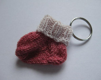 - Schlüsselanhänger Minisocke hellrot beige aus Wolle von Hand gestrickt - Schlüsselanhänger Minisocke hellrot beige aus Wolle von Hand gestrickt
