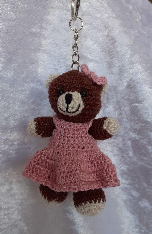 - Gehäkelter Bär mit Kleid als Schlüsselanhänger oder Taschenbaumler  - Gehäkelter Bär mit Kleid als Schlüsselanhänger oder Taschenbaumler