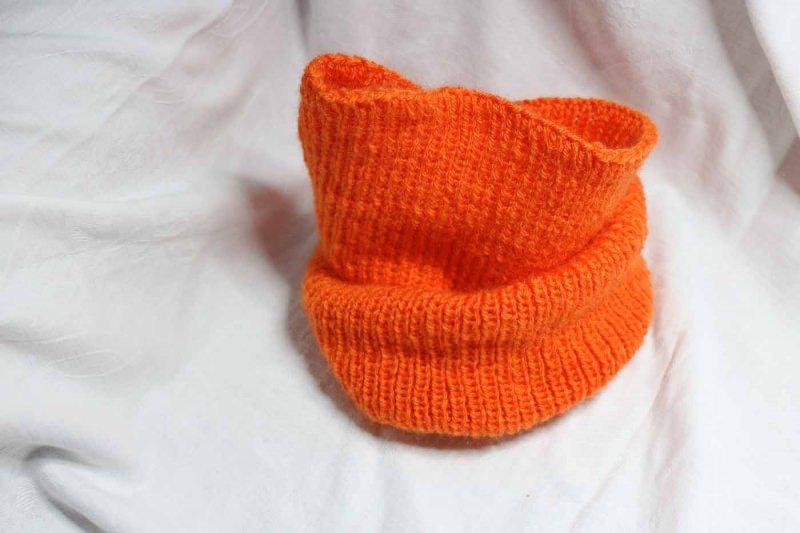 - orangefarbenen Loop aus 100 % Polyacryl mit der Hand gestrickt - orangefarbenen Loop aus 100 % Polyacryl mit der Hand gestrickt