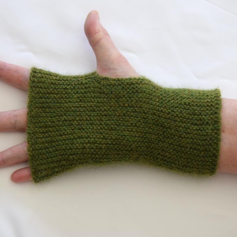 - Armstulpen mit Daumenloch handgestrickt grün Alpaka - Armstulpen mit Daumenloch handgestrickt grün Alpaka