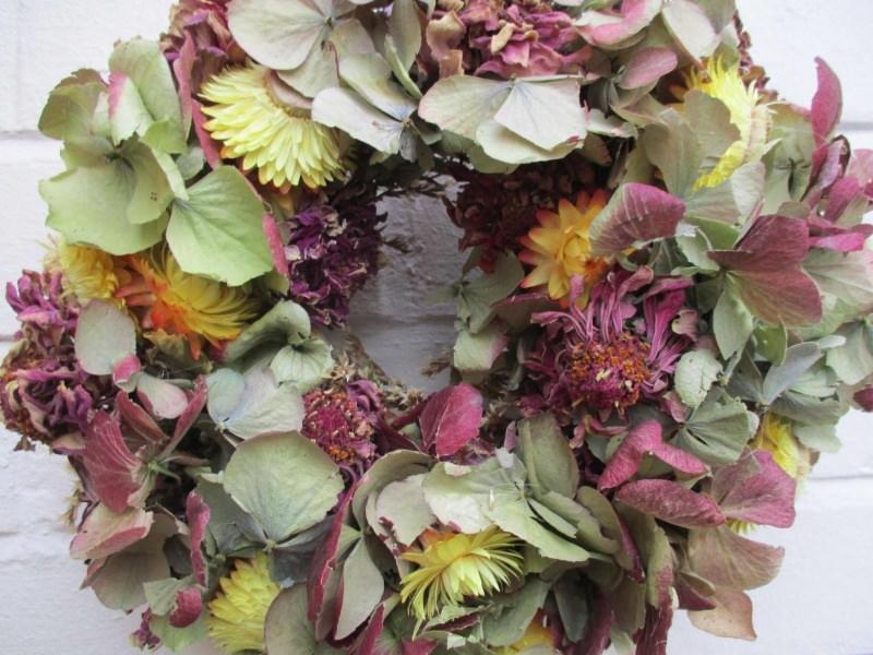 - Hortensienkranz mit Strohblumen und Zinnien, 20cm - Hortensienkranz mit Strohblumen und Zinnien, 20cm