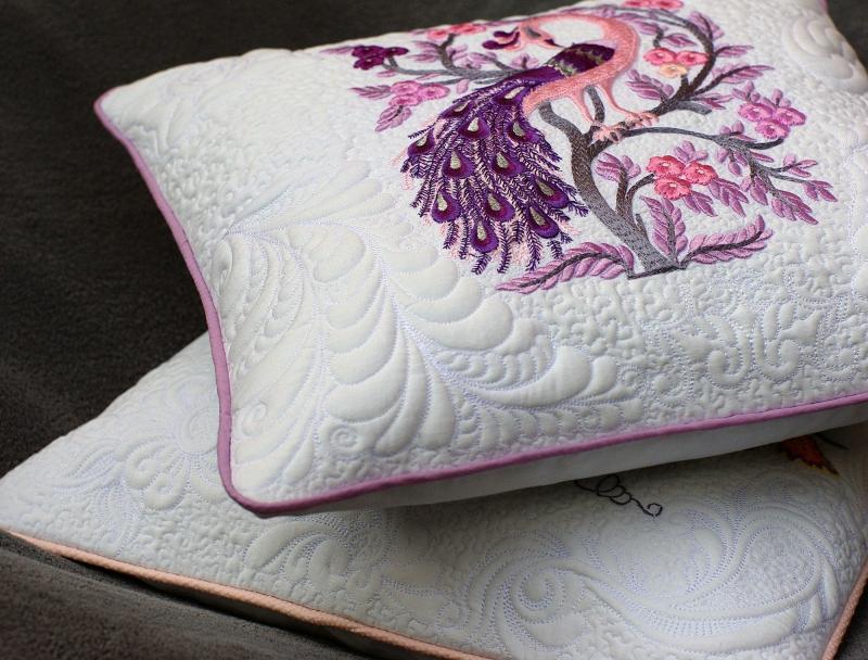 Kleinesbild - Besticktes Pastell Quilt Kissen - Pfau Kissenbezug - Fantasie Vogel - 16 x 16 Zoll - Trapunto