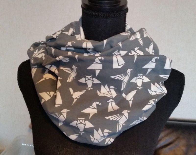 - Schlauch-Schal - Motiv: weiße Origami-Vögel auf grauem Untergrund - Schlauch-Schal - Motiv: weiße Origami-Vögel auf grauem Untergrund
