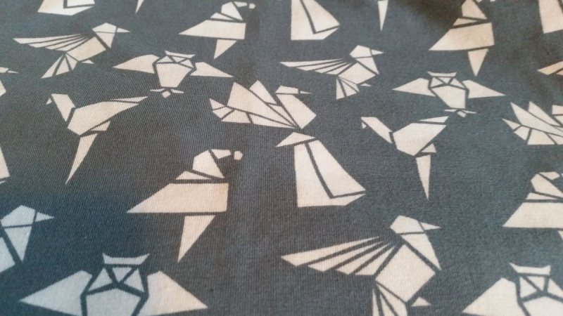 Kleinesbild - Schlauch-Schal - Motiv: weiße Origami-Vögel auf grauem Untergrund