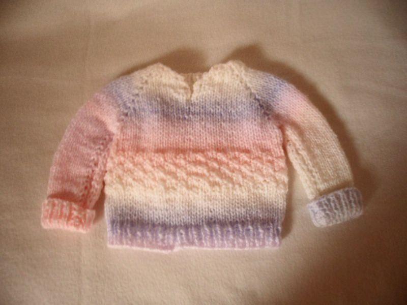 Kleinesbild - Pullover Größe 56-62. Hier kannst du einen liebevoll gestrickten Babypullover erwerben. Er ist in Pastelligen Farben gestrickt. Die Wolle ist im Farbverlauf in hellen Farben weiß,
