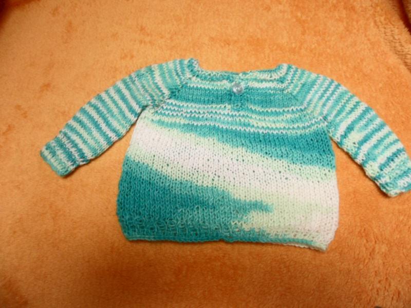 Kleinesbild - Pullover für Puppen 40 - 50 cm Hier biete ich einen liebevoll gestrickten Puppenpullover an. Die Wolle ist weiß mit zarten Verlaufsfarben in blau Tönen. Zum besseren An- und Auszie