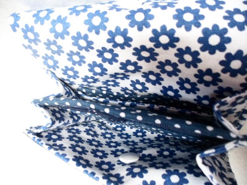 Kleinesbild -  Geldbörse mit kleinen Punkten, Midi  mit größerem Reißverschluss Fach, Notfalltäschchen, Schmucktasche und vieles mehr. Einzelstück Die Farben sind blau und weiß