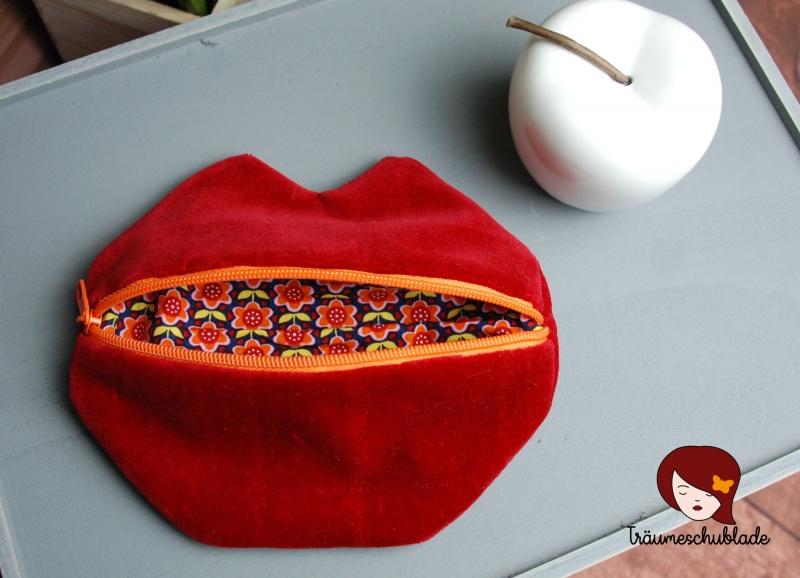 Kleinesbild - Kleine süße Schminktasche Kosmetiktasche Schlampermäppchen Kussmund Lippen für die Handtasche Samt rot bunt mit orangenem Reißverschluss