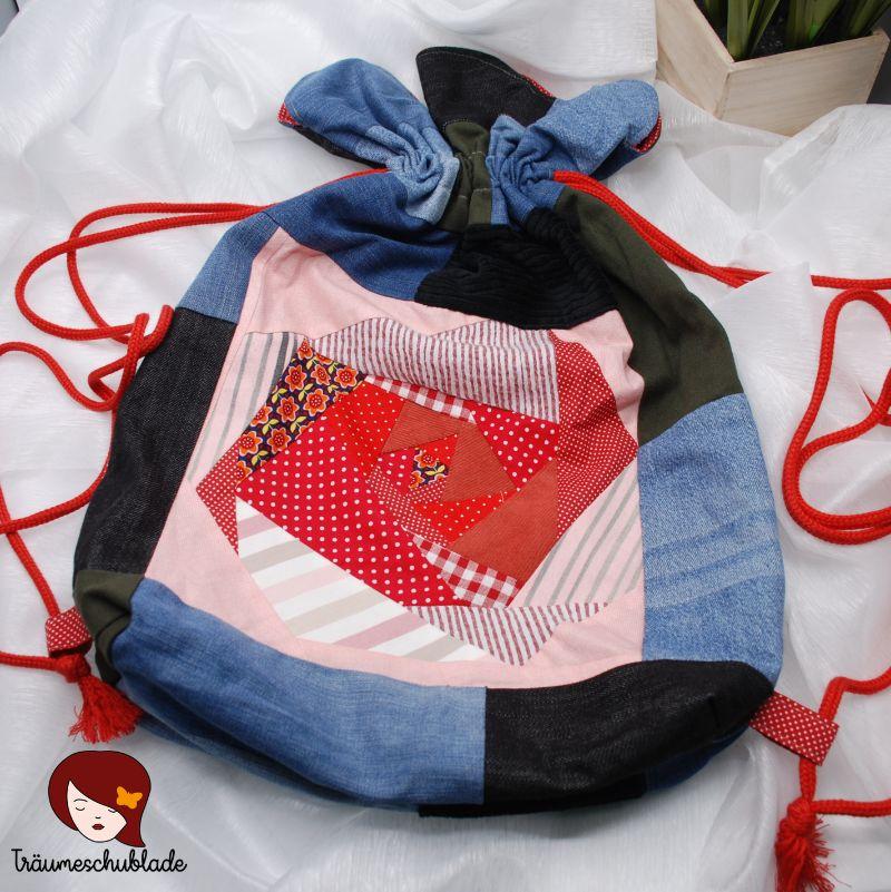 Kleinesbild - Upcycle großer robuster Turnbeutel, Rucksack Blütenform mit Kordelzug aus Patchwork Jeans, Cord, Hosenstoffstreifen, bunte Stoffreste, gefüttert, Blau, Rot, Rosa, bunt