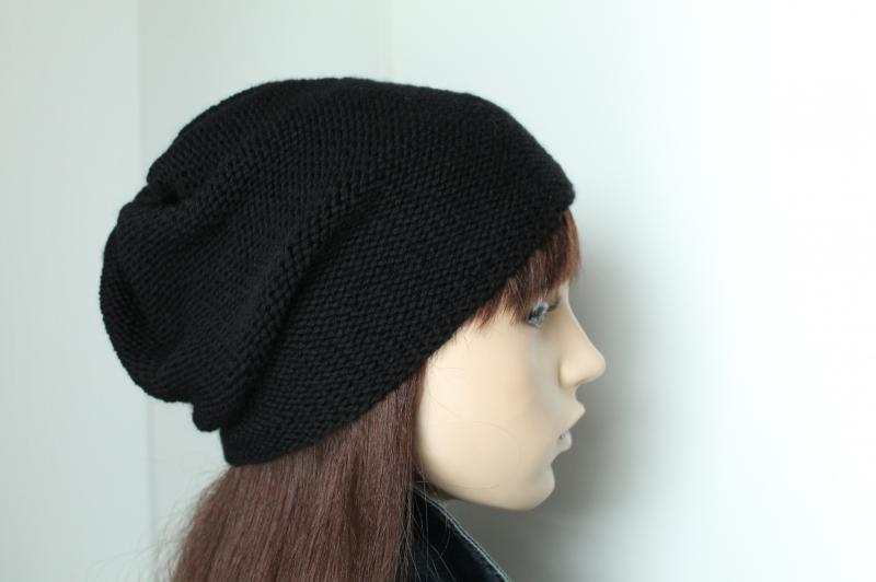 Kleinesbild - Schwarze, aus reiner Merinowolle von Hand gestrickte Damenmütze, schlicht uni Strickmütze weich  Mütze die von beiden Seiten tragbar ist Wollmütze  Damen,