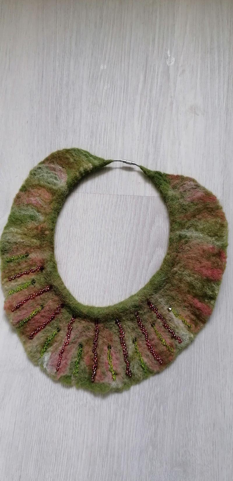 -  Gefilzte Halskette,Halsband für Damen . Grün-rot Schmuckstück aus Wolle handgefertigt.Perfekte Geschenk für einen besonderen Menschen. -  Gefilzte Halskette,Halsband für Damen . Grün-rot Schmuckstück aus Wolle handgefertigt.Perfekte Geschenk für einen besonderen Menschen.