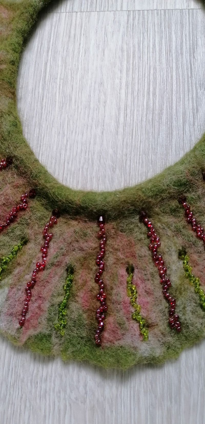 Kleinesbild -  Gefilzte Halskette,Halsband für Damen . Grün-rot Schmuckstück aus Wolle handgefertigt.Perfekte Geschenk für einen besonderen Menschen.