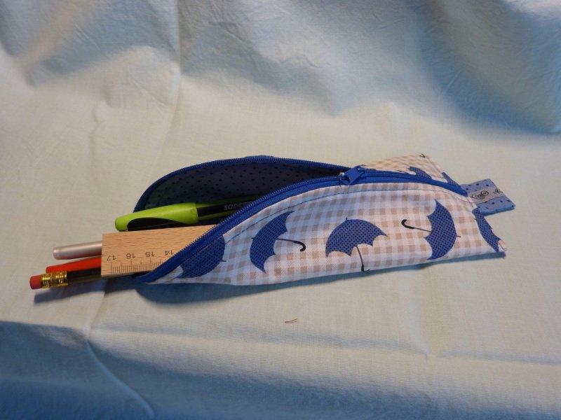 - Stiftemäppchen  Baumwollstoff mit blauem Regenschirmmotiv  - Stiftemäppchen  Baumwollstoff mit blauem Regenschirmmotiv