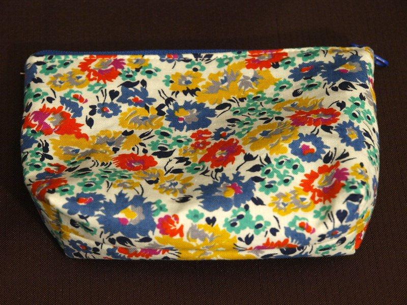- kleine Kosmetiktasche aus Baumwollstoff weiss mit bunten Blumen - kleine Kosmetiktasche aus Baumwollstoff weiss mit bunten Blumen