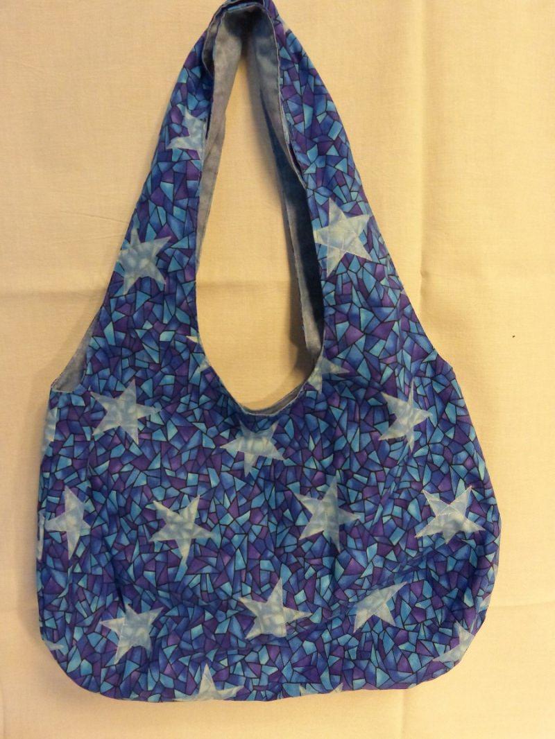 - einfache offene Umhängetasche als Wendetasche in blau mit Sternen - einfache offene Umhängetasche als Wendetasche in blau mit Sternen