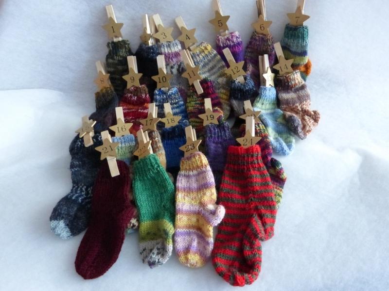 - Adventskalender aus 24 kleinen handgestrickten Strümpfen - Adventskalender aus 24 kleinen handgestrickten Strümpfen