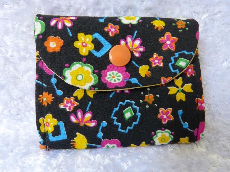 kleine Geldbörse aus Baumwollstoff mit Reißverschlussfach schwarz mit bunten Blumen