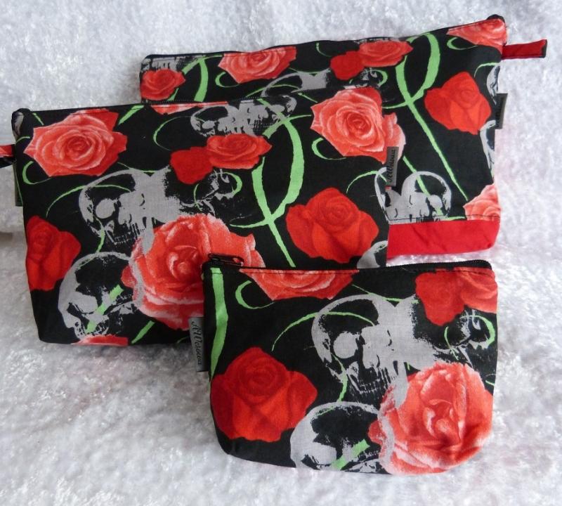 Kulturtasche und Kosmetiktasche Set aus Baumwollstoff genäht Rote Rosen und Totenkopf