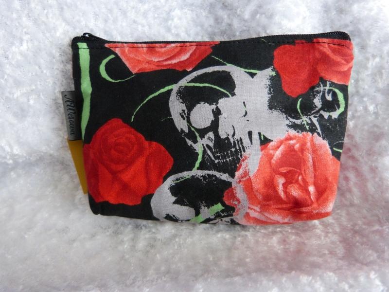 Kleine Kosmetiktasche aus Baumwollstoff schwarzer Stoff mit roten Rosen und Totenkopf