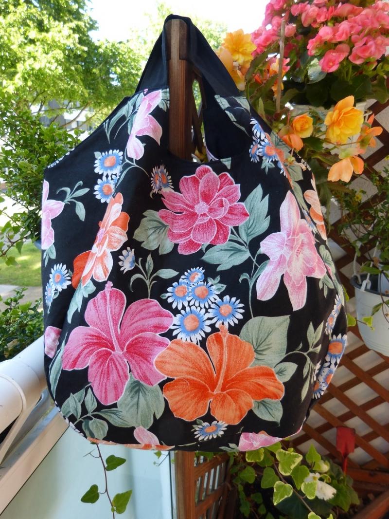 Kleinesbild - Geräumige Einkaufstasche mit zwei Innentaschen in schwarz mit bunten Blumen