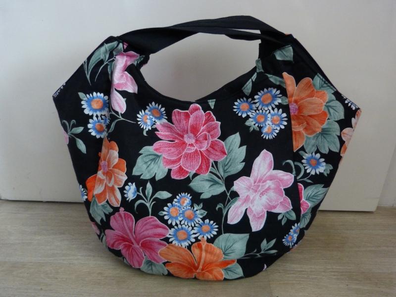- Geräumige Einkaufstasche mit zwei Innentaschen in schwarz mit bunten Blumen - Geräumige Einkaufstasche mit zwei Innentaschen in schwarz mit bunten Blumen