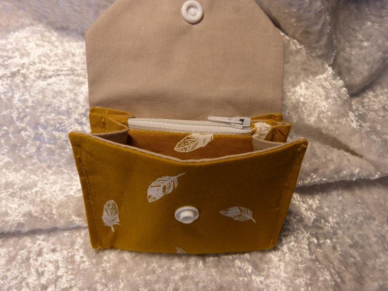 Kleinesbild - kleine Geldbörse aus Stoff mit Reißverschlussfach - senfgelb mit weißen Federn