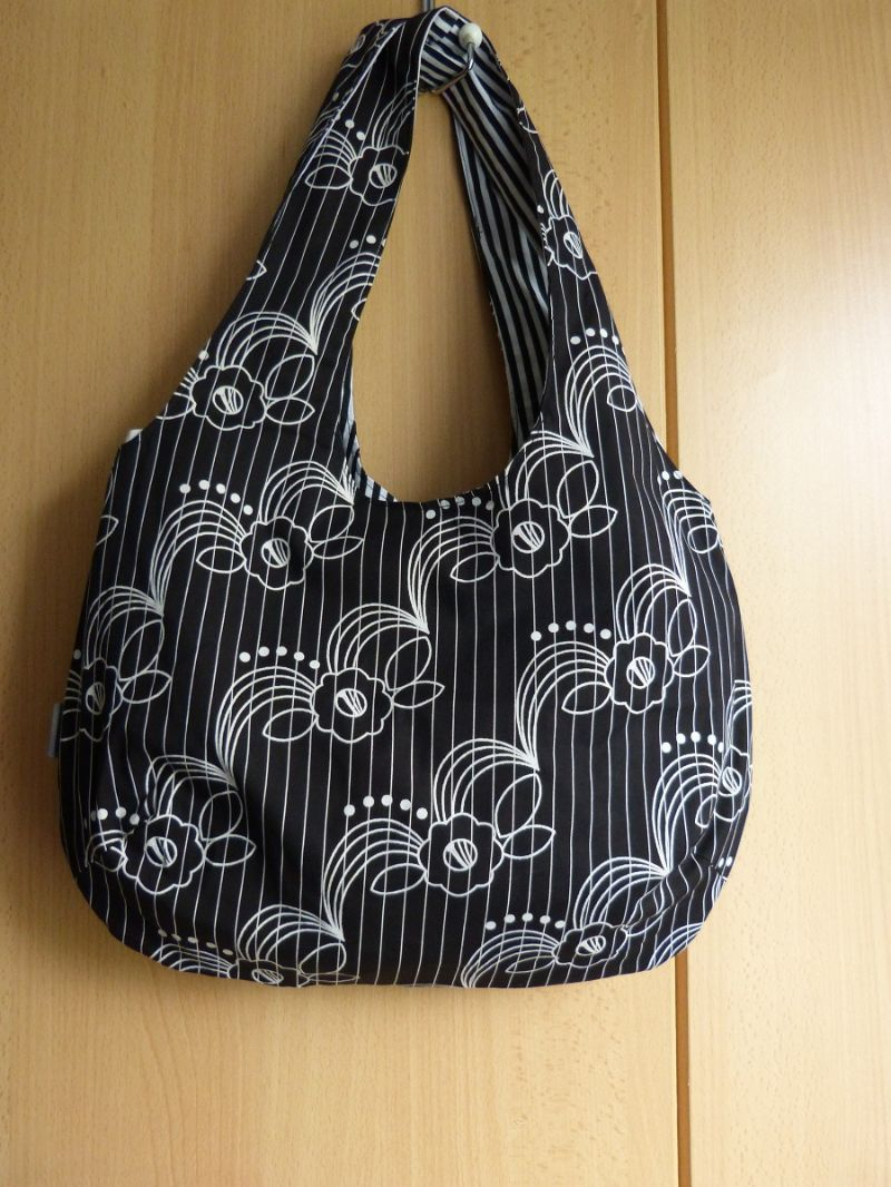 - Einfache offene Umhängetasche als Wendetasche schwarz mit weißem Muster - Einfache offene Umhängetasche als Wendetasche schwarz mit weißem Muster