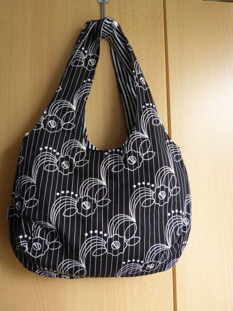 Kleinesbild - Einfache offene Umhängetasche als Wendetasche schwarz mit weißem Muster