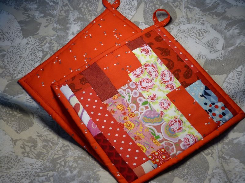 Kleinesbild - Topflappen in rot -  Patchwork aus Baumwollstoffen mit Thermolan
