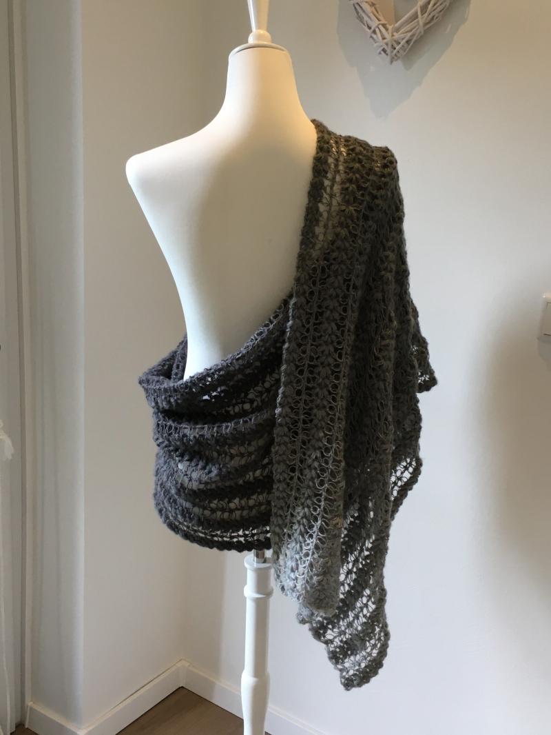 Kleinesbild - Ein Schal oder als Stola für besondere Anlässe im Farbverlauf hell bis dunkelgrau