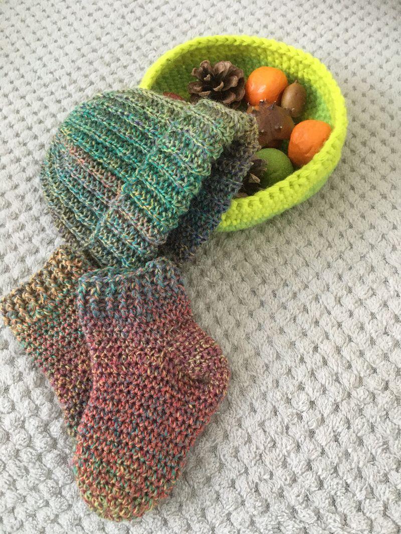 - Baby-Mütze mit Socken im Set aus Wolle gehäkelt - Baby-Mütze mit Socken im Set aus Wolle gehäkelt