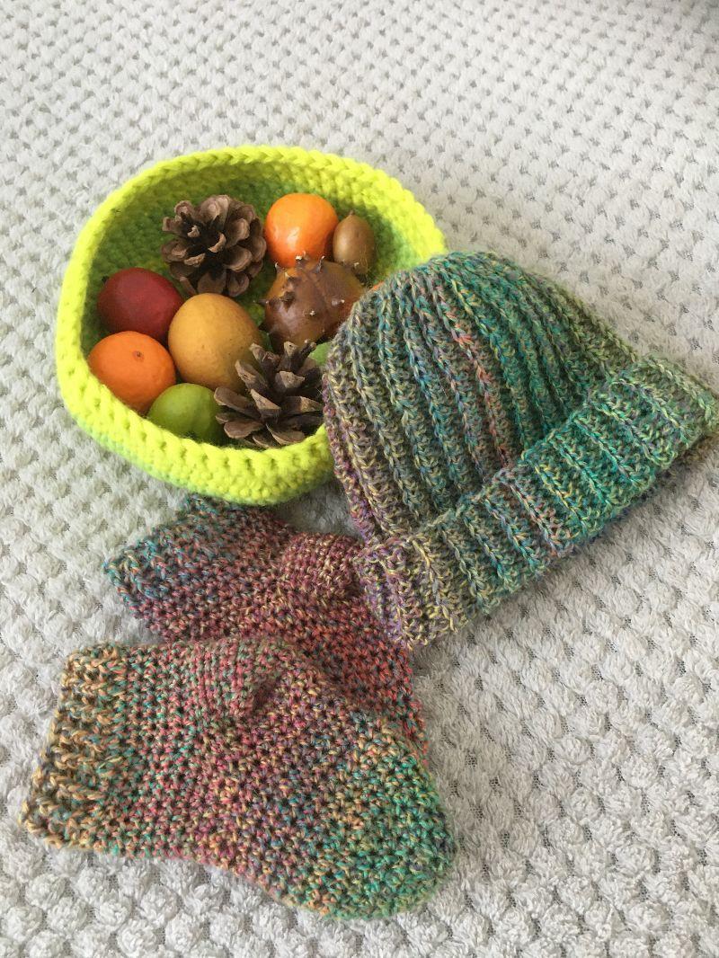 Kleinesbild - Baby-Mütze mit Socken im Set aus Wolle gehäkelt