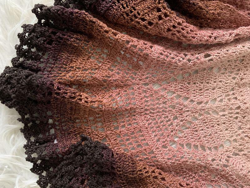 Kleinesbild - Schal / Schultertuch im Folklore - Stil gehäkelt mit Farbverlaufsgarn