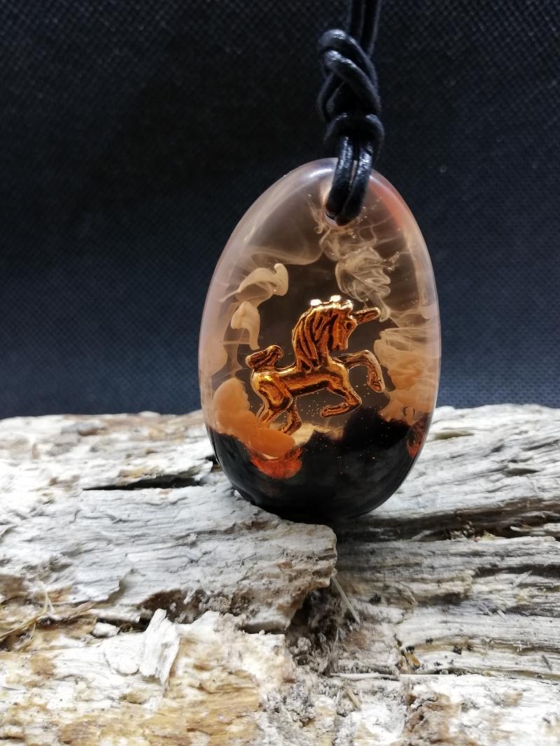Kleinesbild - Kettenanhänger Einhorn mit einem Rindlederband