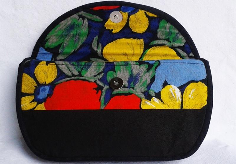 Kleinesbild - Elegante Clutch aus schwarzem Velourleder-Imitat und leuchtendem Blumenmuster